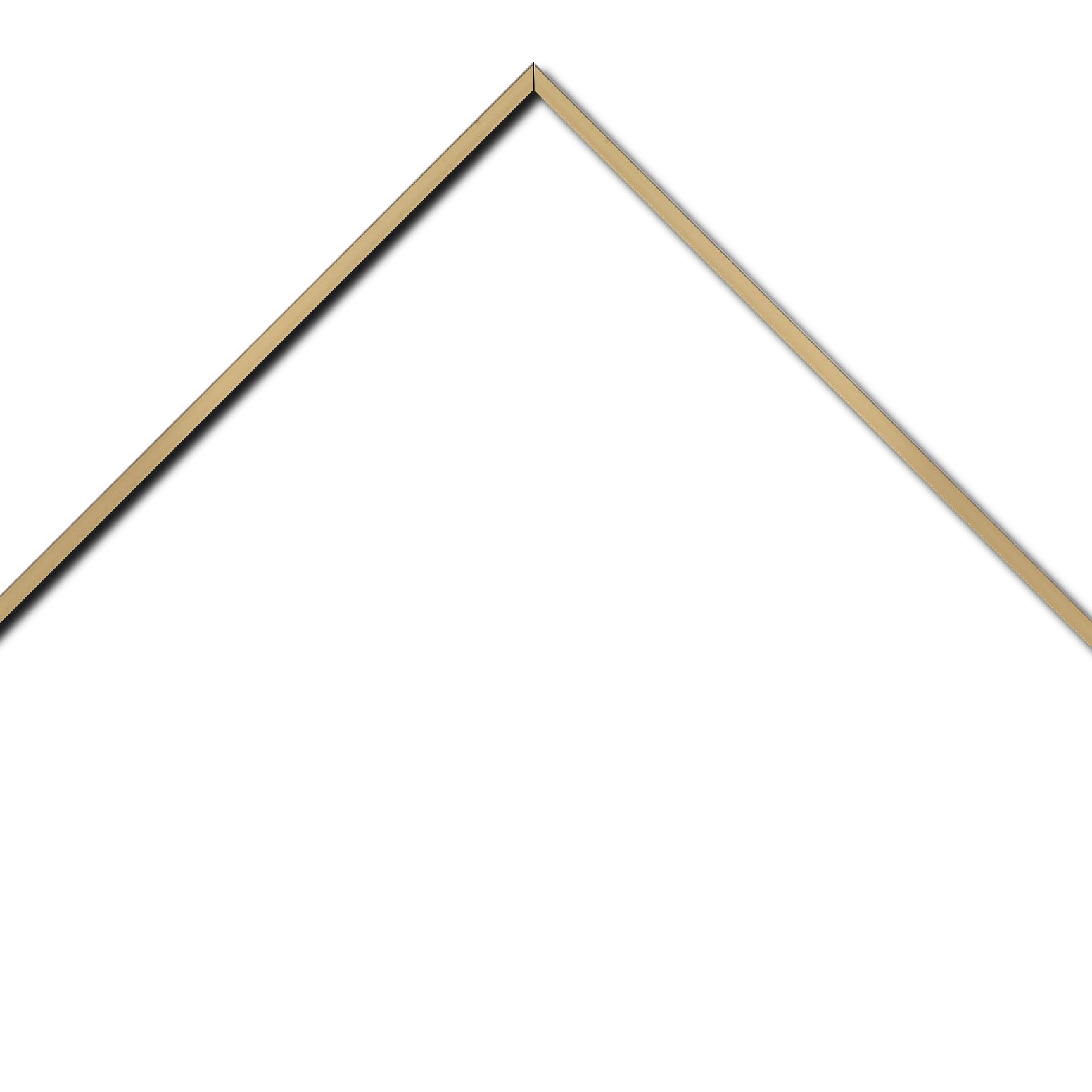 Baguette aluminium profil plat largeur 7mm, couleur or poli ,(le sujet qui sera glissé dans le cadre sera en retrait de 9mm de la face du cadre assurant un effet très contemporain) mise en place du sujet rapide et simple: il faut enlever les ressorts qui permet de pousser le sujet vers l'avant du cadre et ensuite à l'aide d'un tournevis plat dévisser un coté du cadre tenu par une équerre à vis à chaque angle afin de pouvoir glisser le sujet dans celui-ci et ensuite revisser le coté (encadrement livré monté prêt à l'emploi )