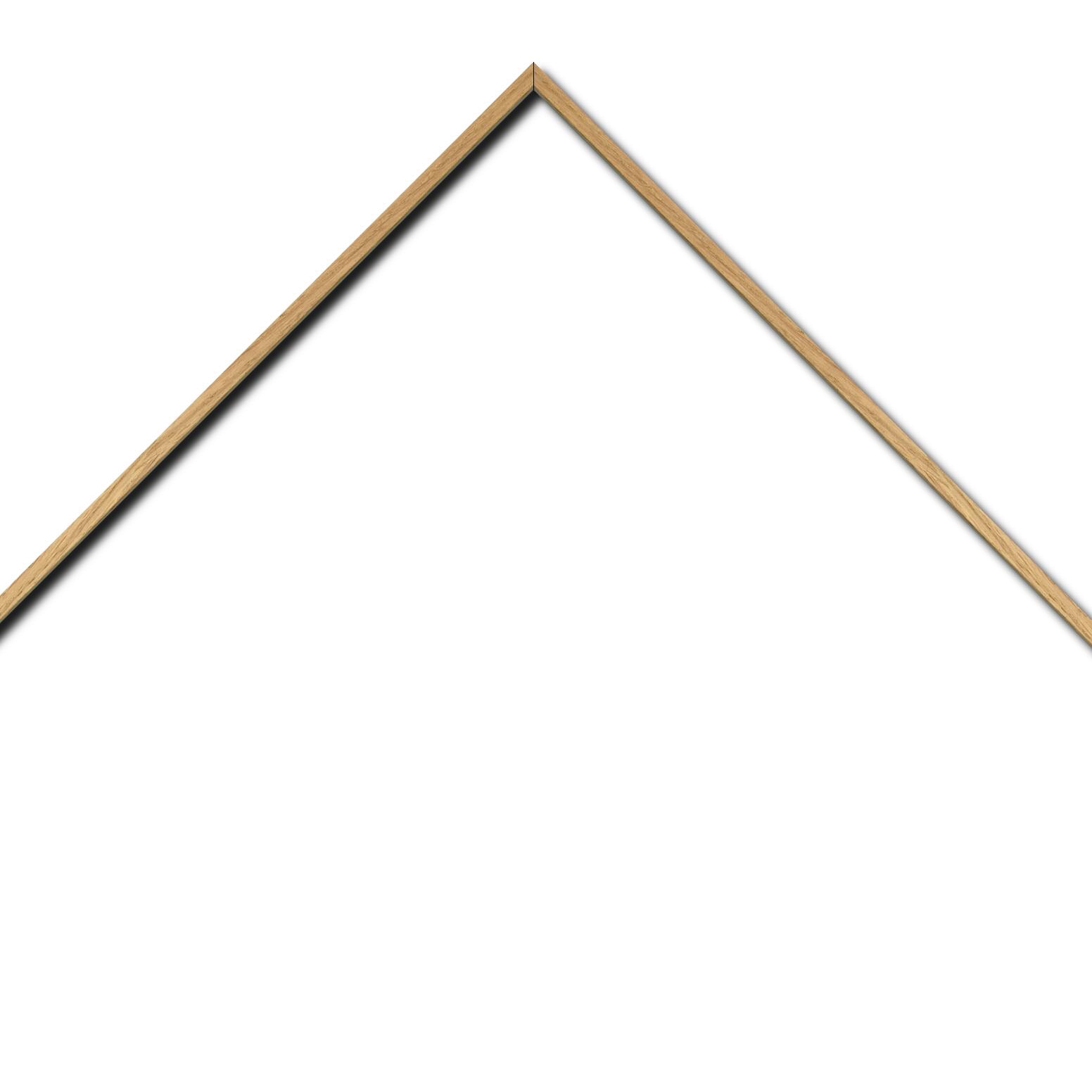 Baguette aluminium profil plat largeur 8mm, placage véritable chêne ,(le sujet qui sera glissé dans le cadre sera en retrait de 6mm de la face du cadre assurant un effet très contemporain) mise en place du sujet rapide et simple: il faut enlever les ressorts qui permet de pousser le sujet vers l'avant du cadre et ensuite à l'aide d'un tournevis plat dévisser un coté du cadre tenu par une équerre à vis à chaque angle afin de pouvoir glisser le sujet dans celui-ci et ensuite revisser le coté (encadrement livré monté prêt à l'emploi )