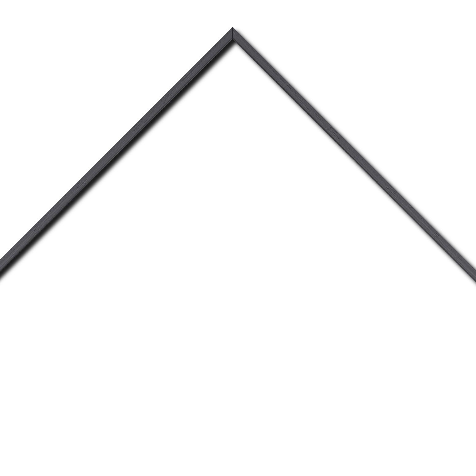 Baguette aluminium profil plat largeur 8mm, placage véritable chêne teinté noir  ,(le sujet qui sera glissé dans le cadre sera en retrait de 6mm de la face du cadre assurant un effet très contemporain) mise en place du sujet rapide et simple: il faut enlever les ressorts qui permet de pousser le sujet vers l'avant du cadre et ensuite à l'aide d'un tournevis plat dévisser un coté du cadre tenu par une équerre à vis à chaque angle afin de pouvoir glisser le sujet dans celui-ci et ensuite revisser le coté (encadrement livré monté prêt à l'emploi )