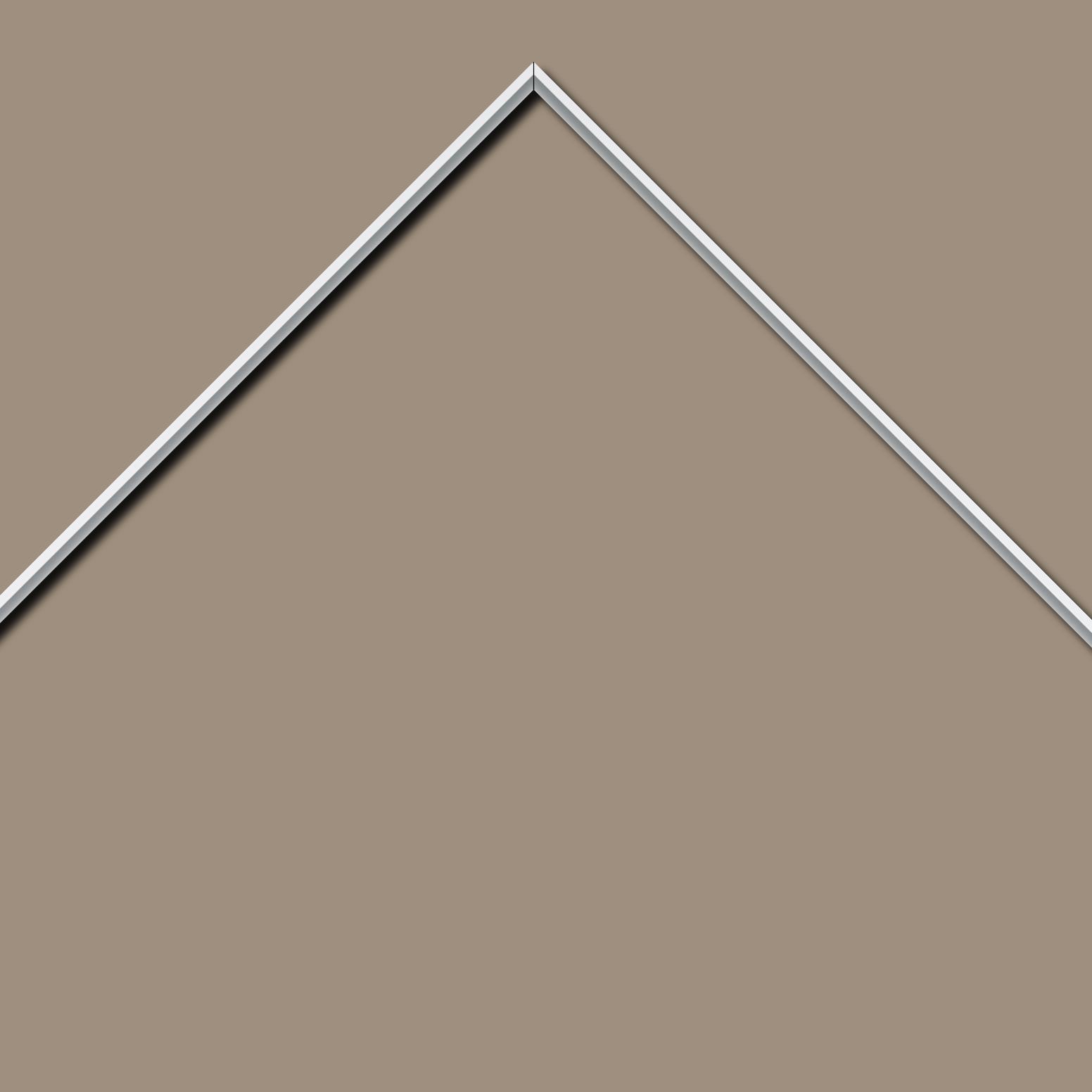 Baguette aluminium profil plat largeur 7mm, couleur blanc mat ,(le sujet qui sera glissé dans le cadre sera en retrait de 9mm de la face du cadre assurant un effet très contemporain) mise en place du sujet rapide et simple: assemblage du cadre par double équerre à vis (livré avec le système d'accrochage qui se glisse dans le profilé) encadrement non assemblé,  livré avec son sachet d'accessoires