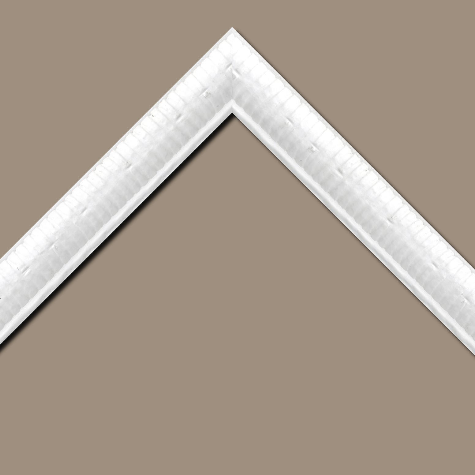 Baguette bois profil arrondi largeur 4.8cm couleur blanc satiné décor bambou