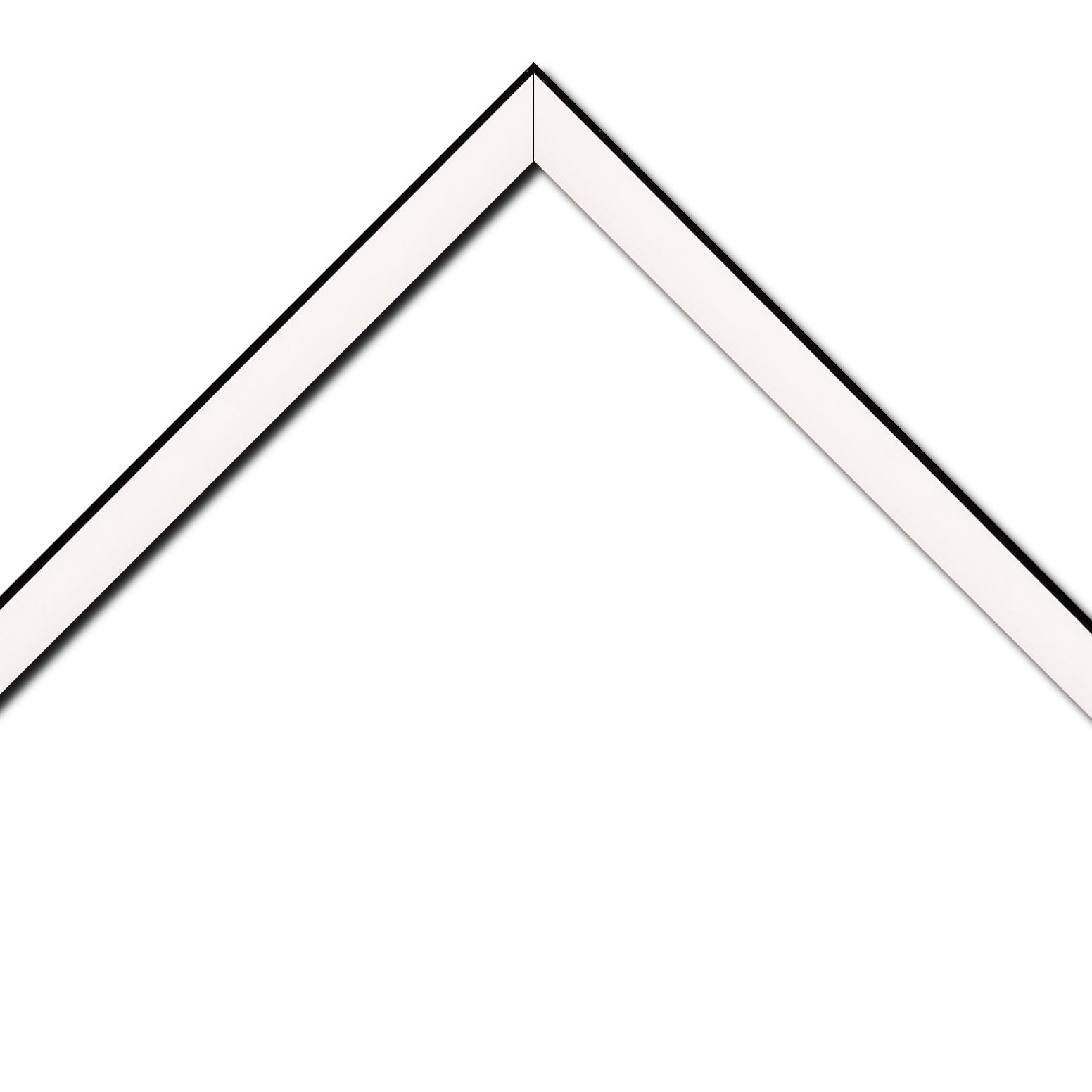 Baguette bois profil arrondi en pente plongeant largeur 2.4cm couleur crème satiné,veine du bois  apparent (pin) , angle du cadre extérieur filet noir