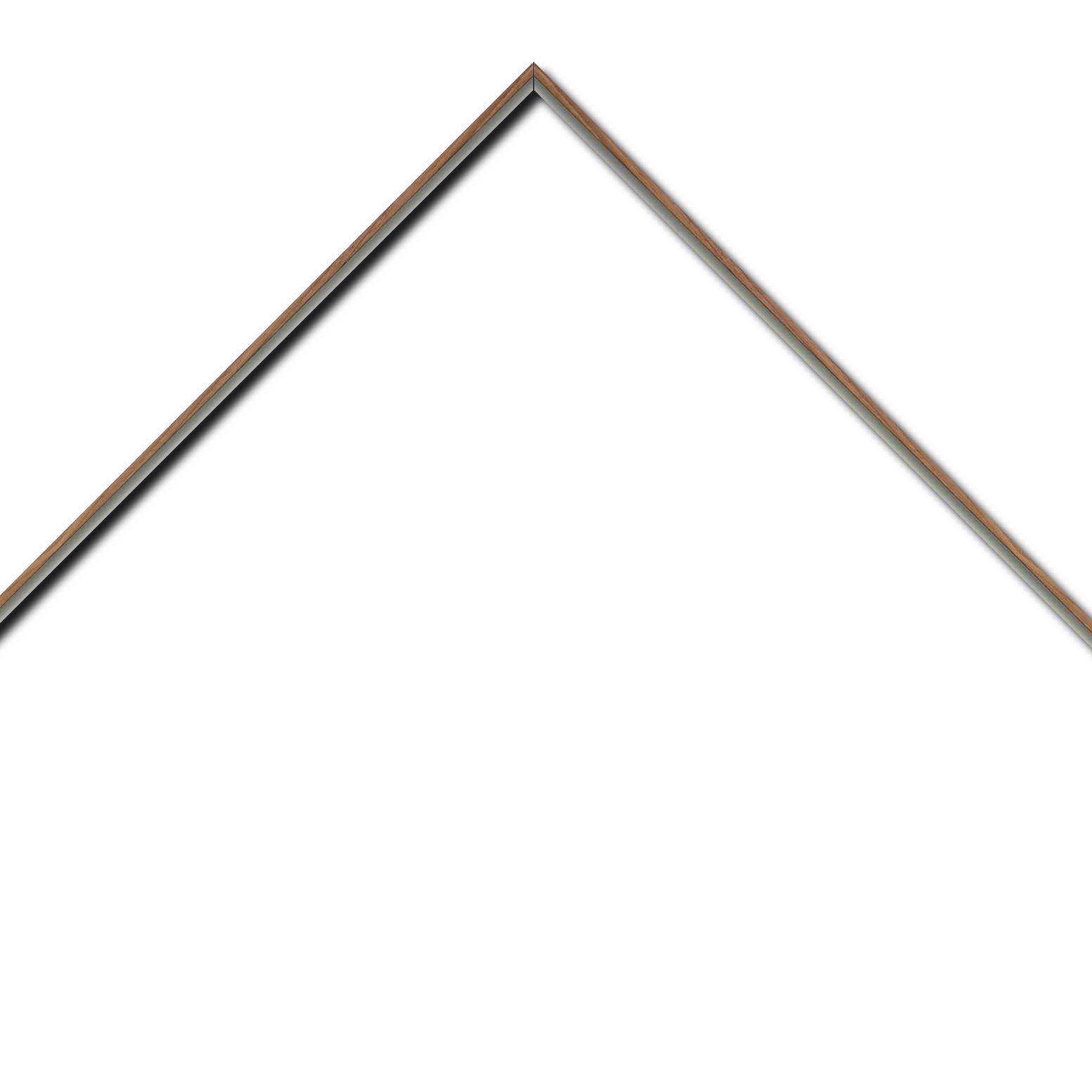Baguette aluminium profil plat largeur 8mm, placage véritable noyer ,(le sujet qui sera glissé dans le cadre sera en retrait de 6mm de la face du cadre assurant un effet très contemporain) mise en place du sujet rapide et simple: assemblage du cadre par double équerre à vis (livré avec le système d'accrochage qui se glisse dans le profilé) encadrement non assemblé,  livré avec son sachet d'accessoires