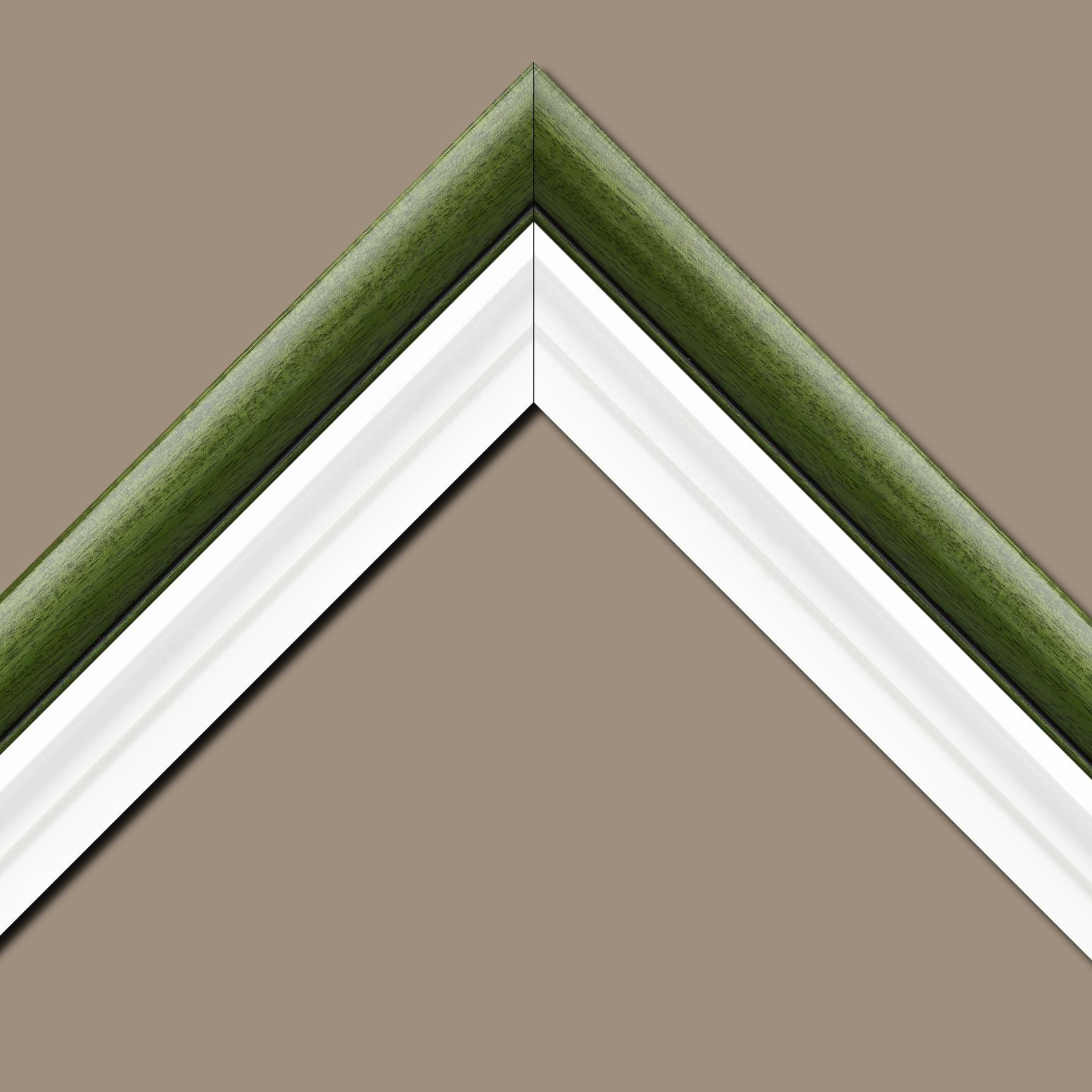 Baguette bois profil arrondi largeur 4.7cm couleur vert sapin satiné rehaussé d'un filet noir + bois caisse américaine profil escalier largeur 4.4cm blanc mat   (spécialement conçu pour les châssis d'une épaisseur jusqu'à 2.5cm ) largeur total du cadre : 8.3cm
