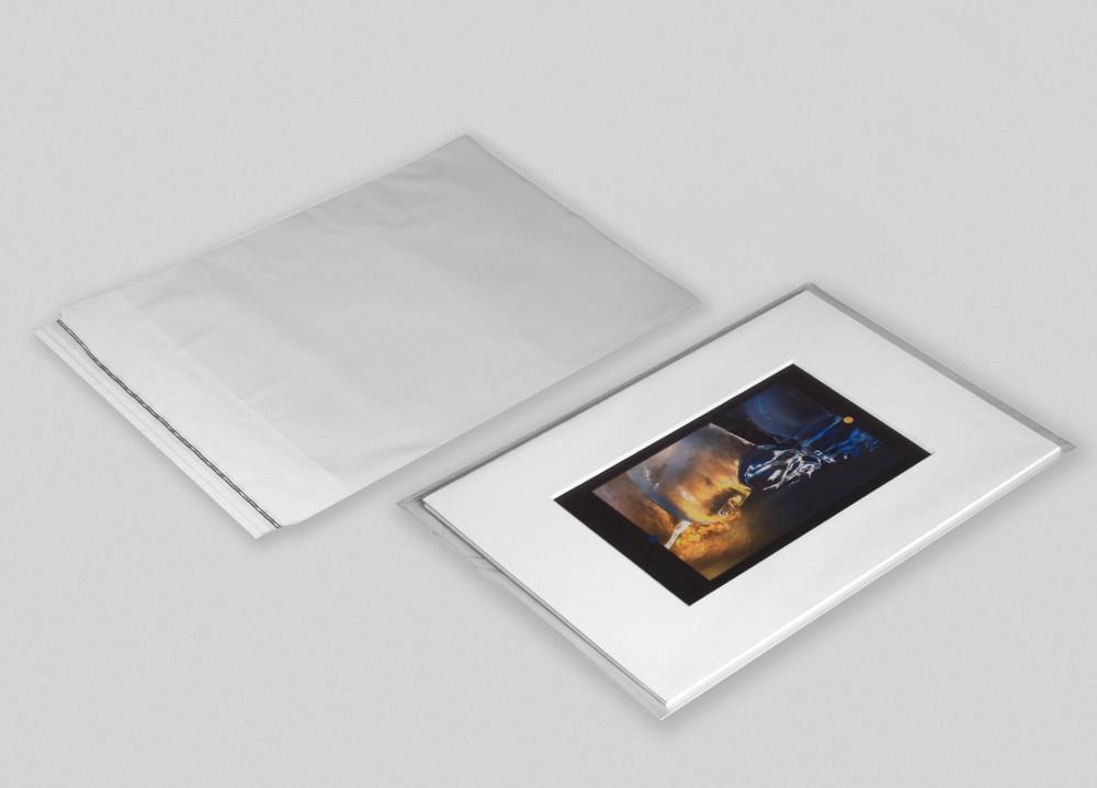 pack de 10 pochettes transparentes de haute qualité (spécial beaux arts) refermables par une bande autocollante. dimension 40x40cm (dimension réelle 41x41cm pour une mise en place du sujet très facile et rapide) épaisseur 40µ. vos œuvres seront protégées des traces de doigts, de la poussière ou de l'humidité. conforme aux normes de conservation (les pochettes sont vendues vides et sans contenu). - 40x40