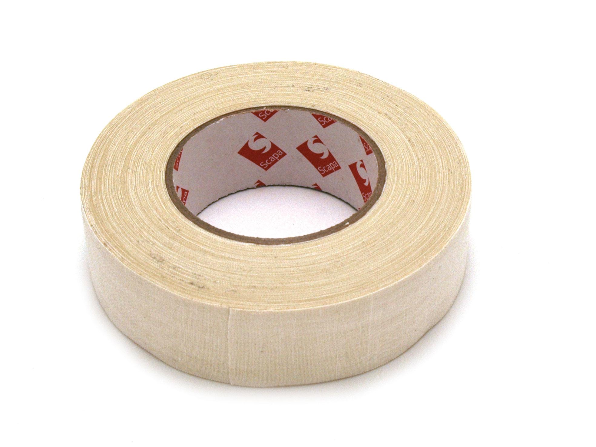 toile coton blanche enduite d'un adhésif caoutchouc de 0.28mm d'épaisseur. remarquablement souple, c'est un adhésif idéal pour border les toiles surtout avec l'utilisation d'une caisse américaine. rouleau de 50 mètres largeur 3.8cm