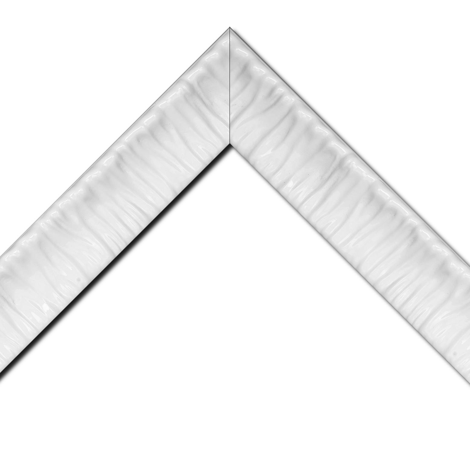 Baguette bois profil incurvé largeur 6.6cm blanc laqué effet plissé