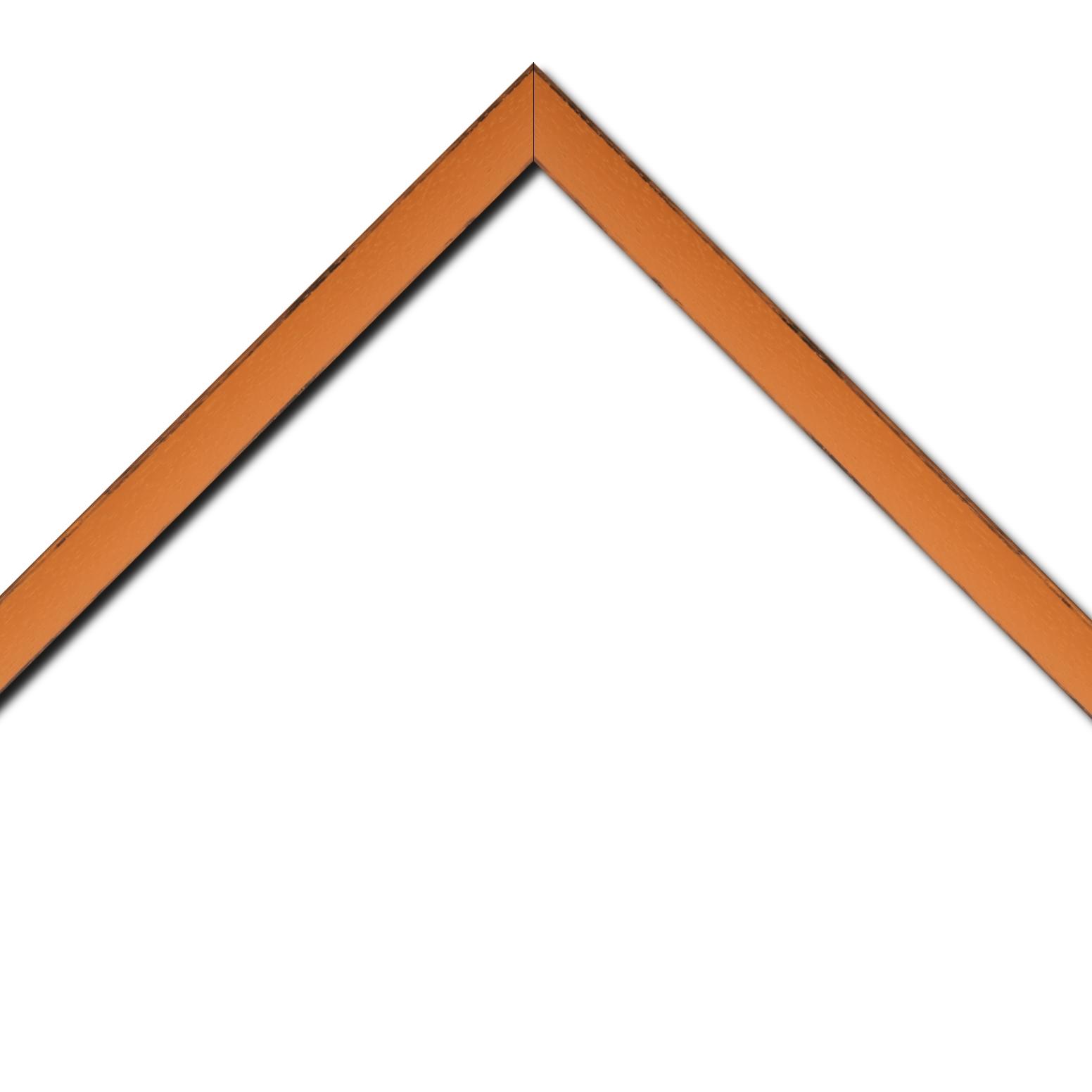 Baguette bois profil concave largeur 2.4cm couleur orange tonique satiné arêtes essuyés noircies de chaque coté