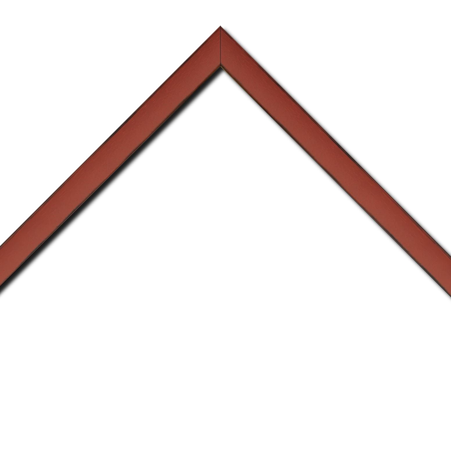 Baguette bois profil concave largeur 2.4cm couleur bordeaux  satiné  arêtes essuyés noircies de chaque coté
