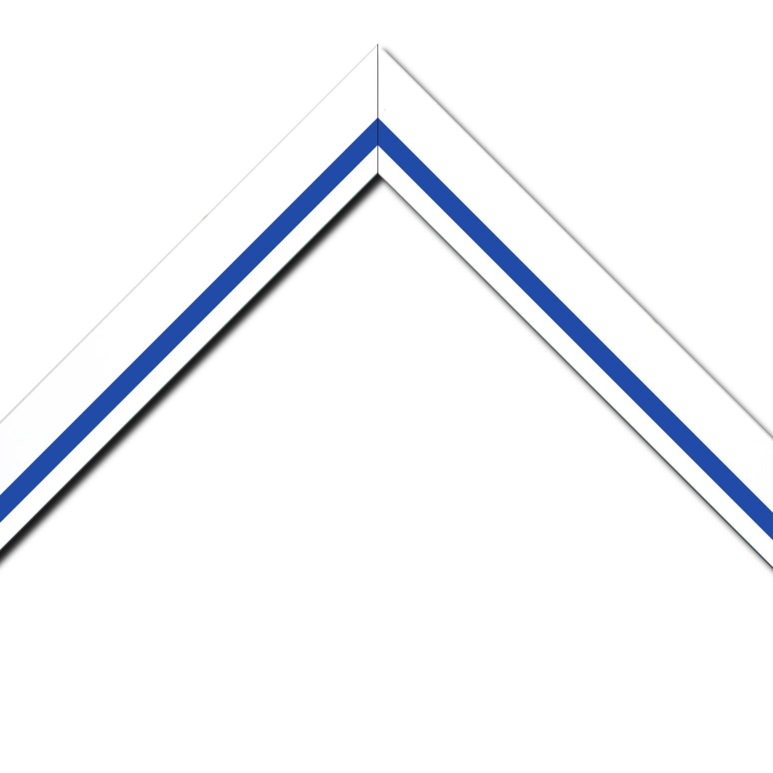 Baguette bois profil pente largeur 4.5cm de couleur blanc mat filet bleu foncé