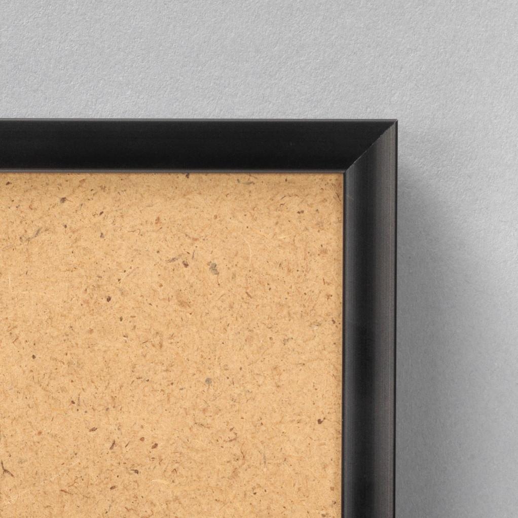 Cadre cadre aluminium dimensions 15x21cm profil méplat de largeur 9mm épaisseur 2,1cm de couleur noir mat complet (plexi normal + attache de suspension dans les 2 sens serties dans l'isorel). tournettes rivetées dans l'isorel pour une mise en place du sujet très rapide et très simple. pouvant aussi se poser sur une table (cravate). cadre livré unitairement sous film de protection. - 15x21