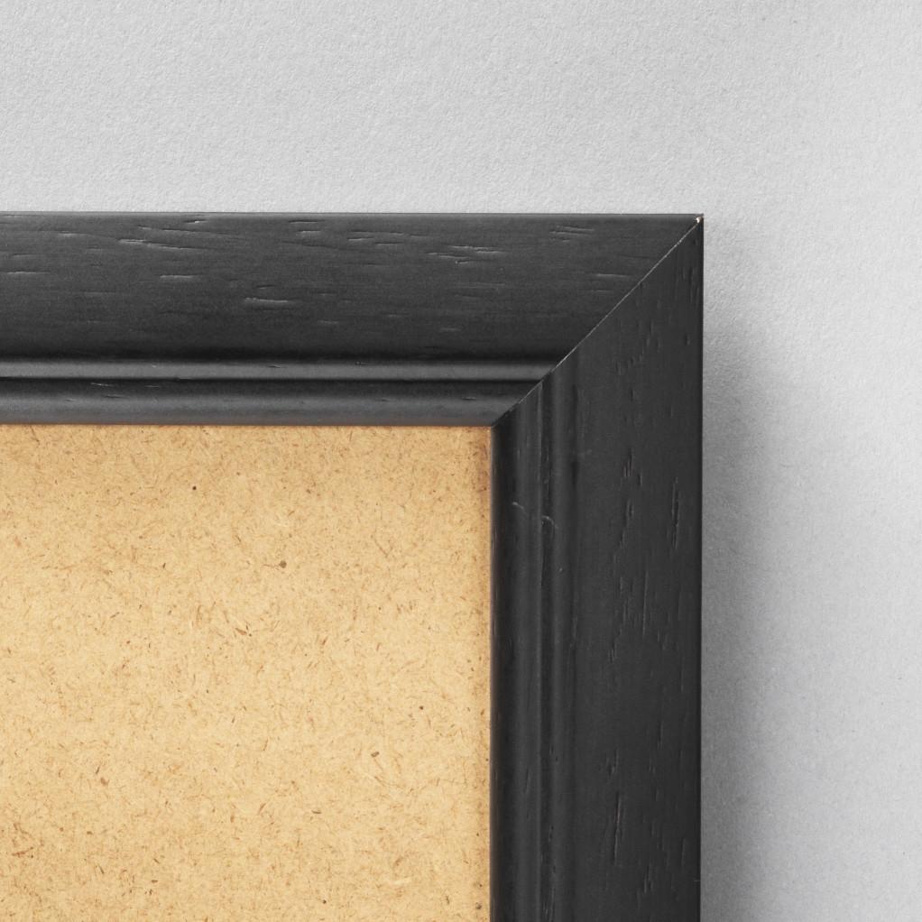 Cadre cadre bois dimensions 18x24cm profil arrondi de largeur 2,5cm épaisseur 1,5cm de couleur noir satiné complet (plexi normal + isorel + attache de suspension dans les 2 sens serties dans l'isorel) pouvant aussi se poser sur une table (cravate) cadre livré unitairement sous film de protection. - 18x24
