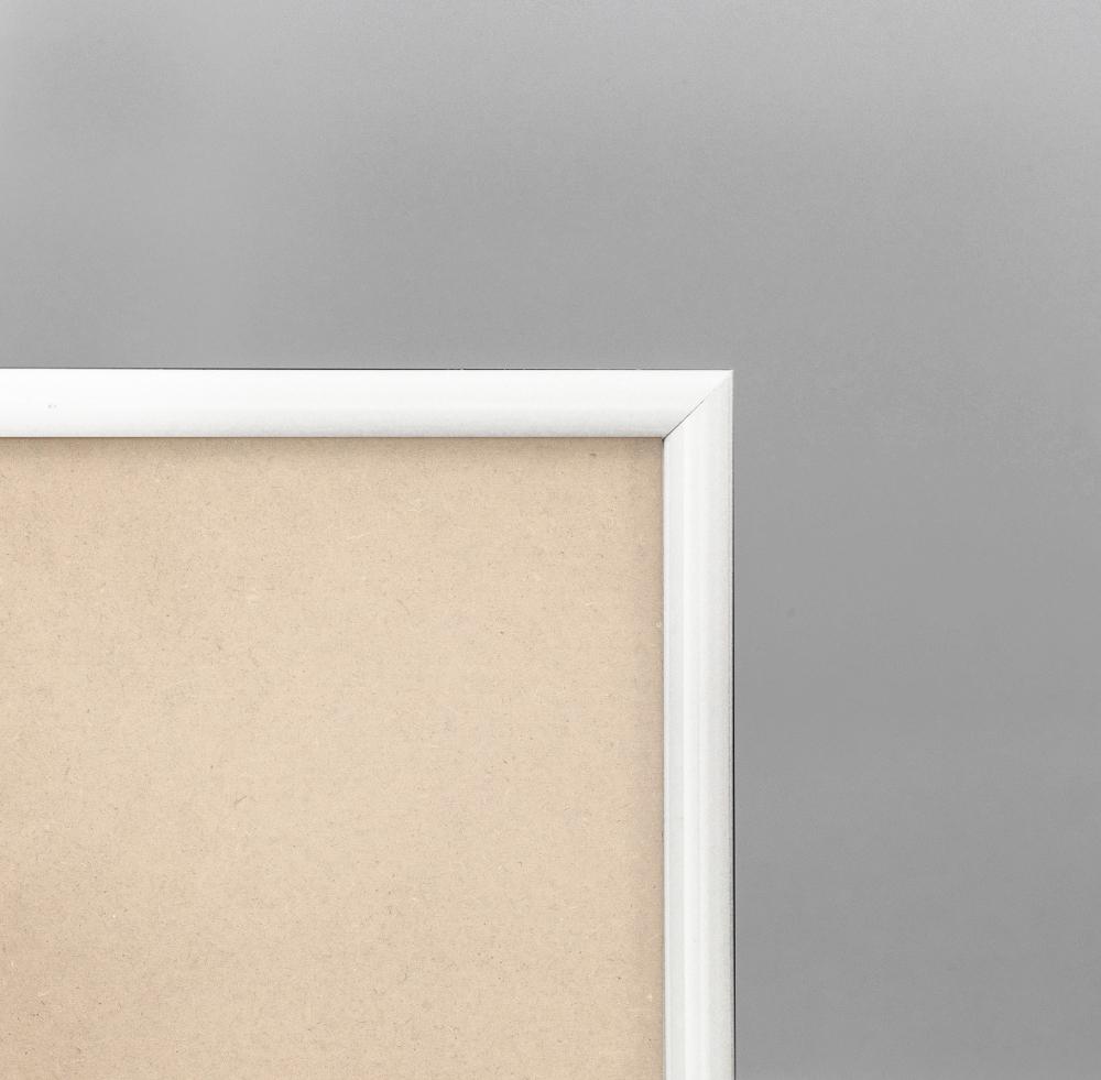 Cadre cadre pvc dimensions 24x30cm profil arrondi de largeur 1,2cm épaisseur 1,8cm de couleur blanc brillant complet (verre normal + isorel + système accrochage par les tournettes) mise en place du sujet dans le cadre très rapide (maintien du fond isorel dans le cadre par tournettes rivetées) cadre livré unitairement sous film de protection. - 24x30