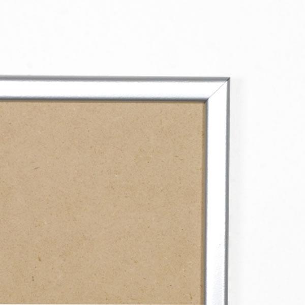 Cadre cadre résine profil plat largeur 15mm complet de couleur argent satiné dimensions 18x24 cm, à poser ou à suspendre horizontalement ou verticalement.  verre normal, mise en place du sujet dans le cadre simple et rapide, ouverture et fermeture du cadre par pointes flexibles. fond en isorel. - 18x24