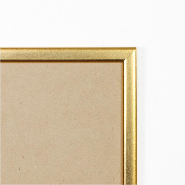 Cadre cadre résine profil plat largeur 15mm complet de couleur or satiné dimensions 18x24 cm, à poser ou à suspendre horizontalement ou verticalement.  verre normal, mise en place du sujet dans le cadre simple et rapide, ouverture et fermeture du cadre par pointes flexibles. fond en isorel. - 18x24