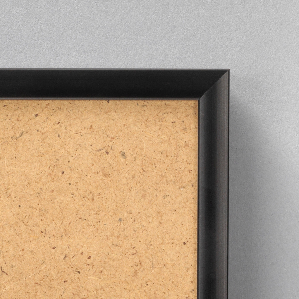 Cadre cadre aluminium dimensions 28x34cm profil méplat de largeur 9mm épaisseur 2,1cm de couleur noir mat complet (plexi normal + attache de suspension dans les 2 sens serties dans l'isorel) tournettes rivetées dans l'isorel pour une mise en place du sujet très rapide et très simple. cadre livré unitairement sous film de protection. - 28x34