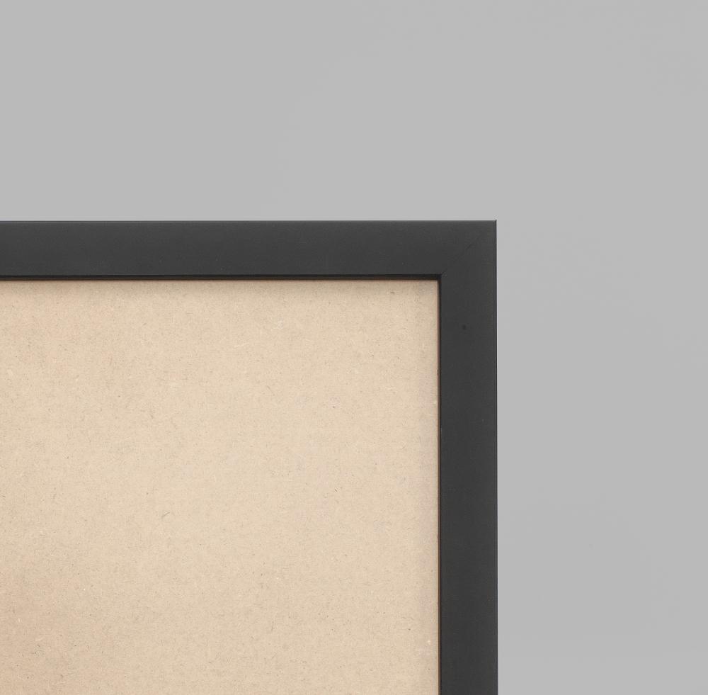 Cadre cadre bois dimensions 28x34cm profil plat de largeur 2,1cm épaisseur 2,2cm effet cube de couleur noir satiné complet (plexi normal + attache de suspension dans les 2 sens serties dans l'isorel) tournettes rivetées dans l'isorel pour une mise en place du sujet très rapide et très simple. cadre livré unitairement sous film de protection. - 28x34