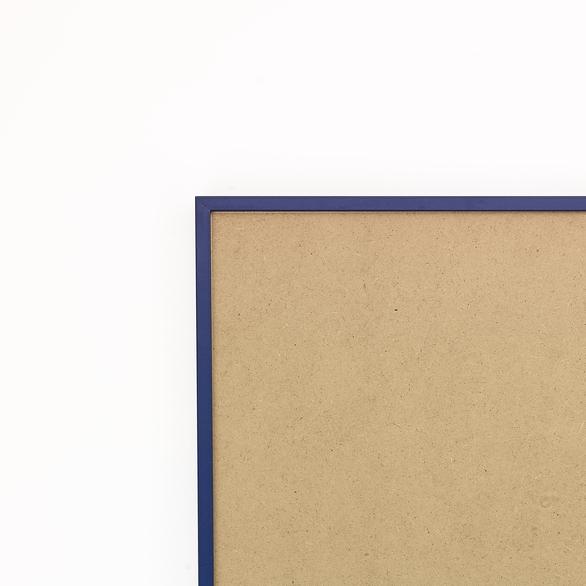 Cadre cadre aluminium profil plat largeur  1cm (référence : aluca-2834-ble) dimension 28x34cm  de couleur bleu saphir satiné complet (plexi normal traité anti uv + attache de suspension sur charnière dans les 2 sens sertie dans l'isorel) cadre fabriqué à vos mesures dans nos ateliers de besancon - 28x34