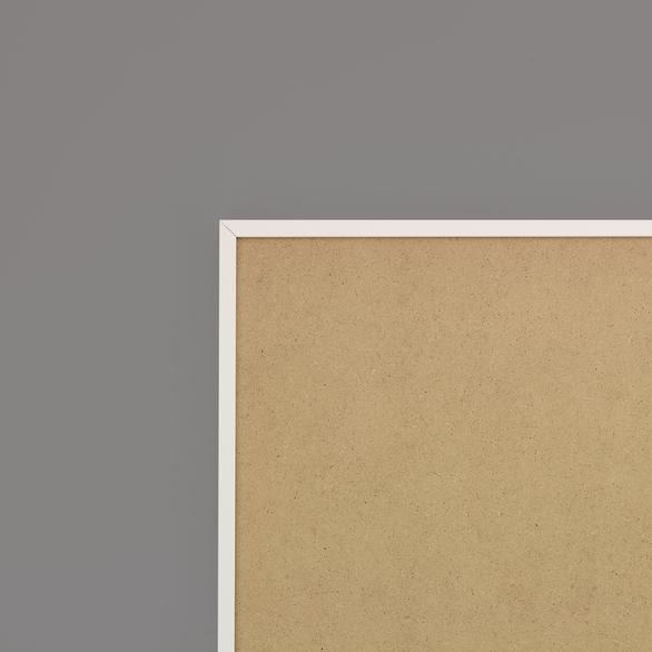Cadre cadre aluminium profil plat largeur  1cm (référence : aluca-5050-bla) dimension 50x50cm  de couleur blanc satiné complet (plexi normal traité anti uv + attache de suspension sur charnière sertie dans l'isorel) cadre fabriqué à vos mesures dans nos ateliers de besancon - 50x50